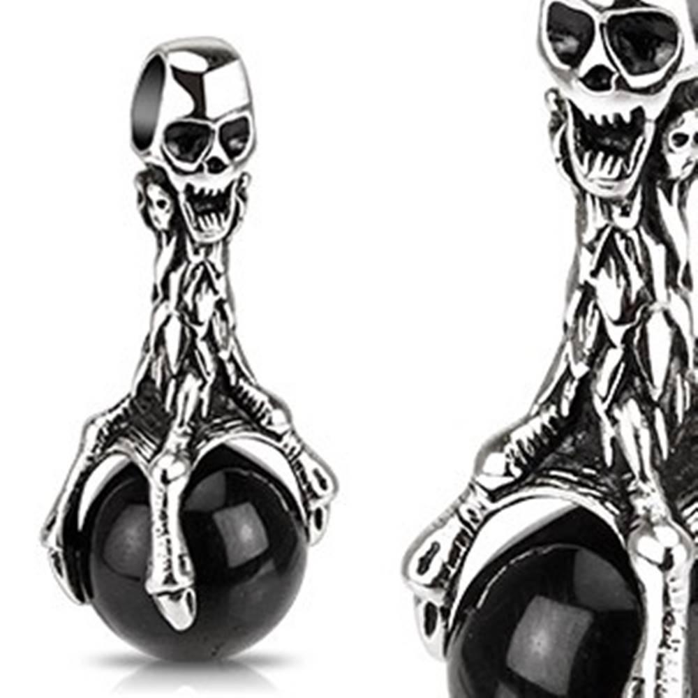 Šperky eshop Patinovaný prívesok z ocele - lebka a čierna guľa v pazúroch