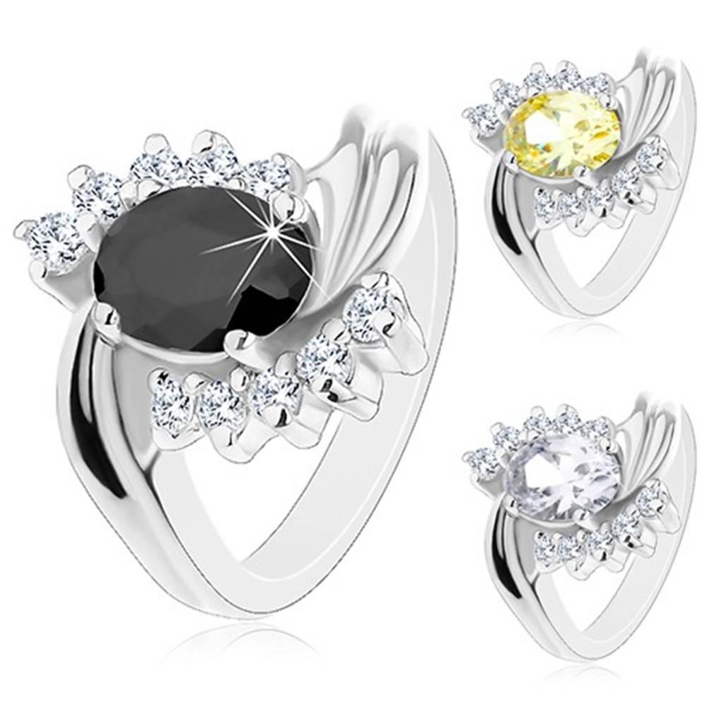 Šperky eshop Prsteň v striebornom odtieni, zvlnené ramená so zárezom, zirkónový ovál - Veľkosť: 49 mm, Farba: Číra