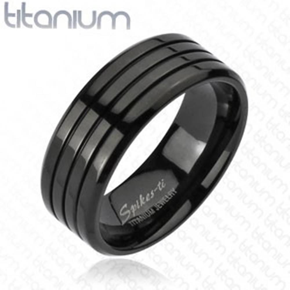 Šperky eshop Čierny prsteň z titánu s tromi tenkými zárezmi, vysoký lesk, 8 mm - Veľkosť: 59 mm