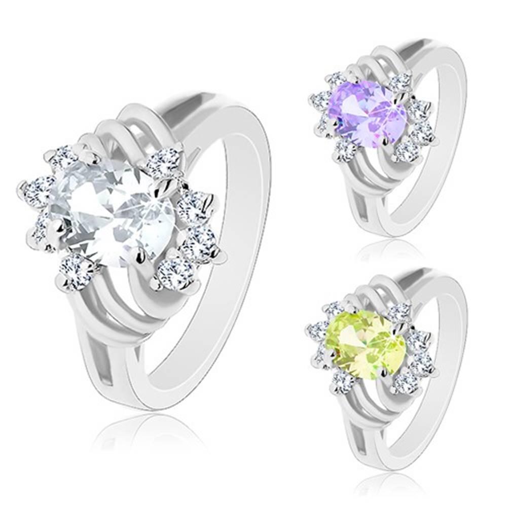 Šperky eshop Prsteň striebornej farby, brúsený farebný ovál, tenké oblúky a číre zirkóny - Veľkosť: 49 mm, Farba: Svetlofialová