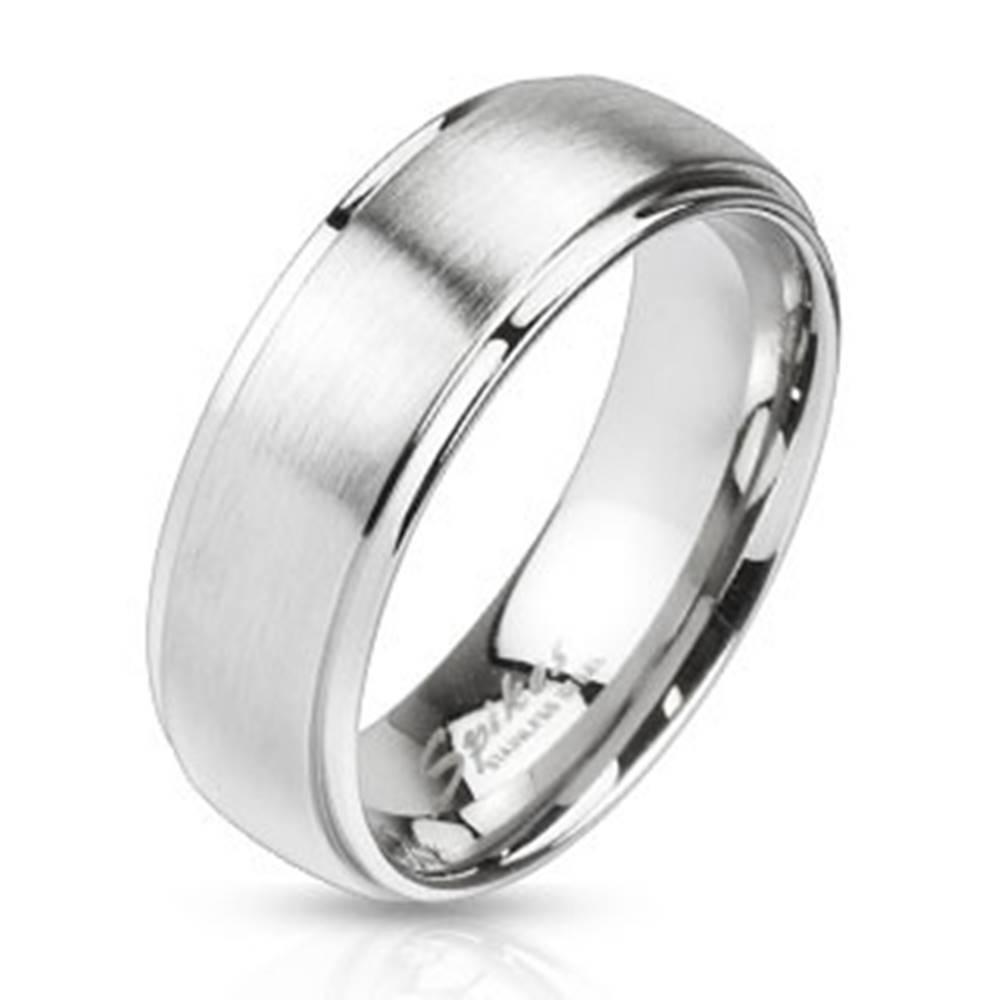 Šperky eshop Obrúčka z ocele v striebornom farebnom odtieni - matný pásik uprostred, 6 mm - Veľkosť: 49 mm