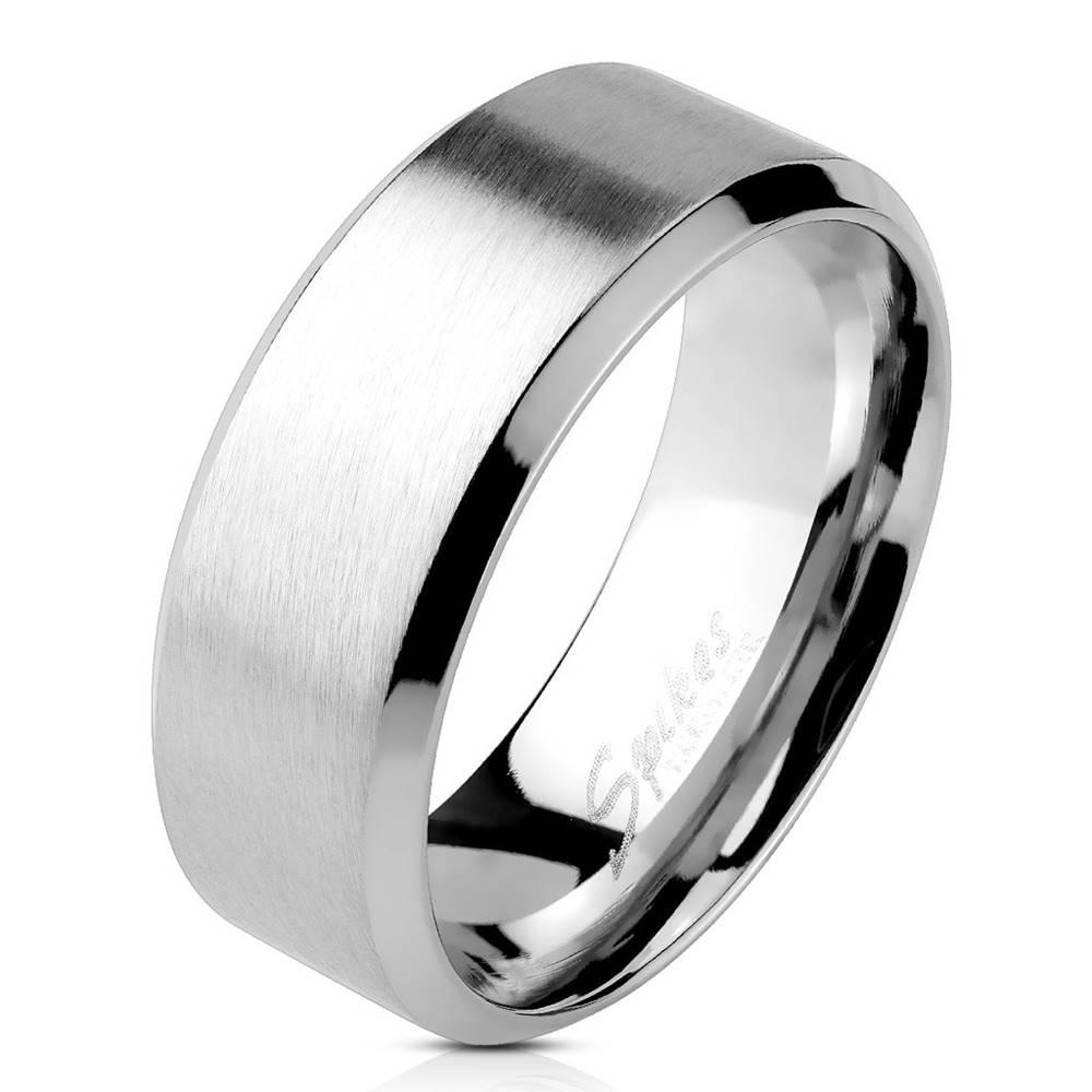 Šperky eshop Oceľový prsteň striebornej farby - matný pásik uprostred, lesklé línie po okrajoch, 4 mm - Veľkosť: 49 mm